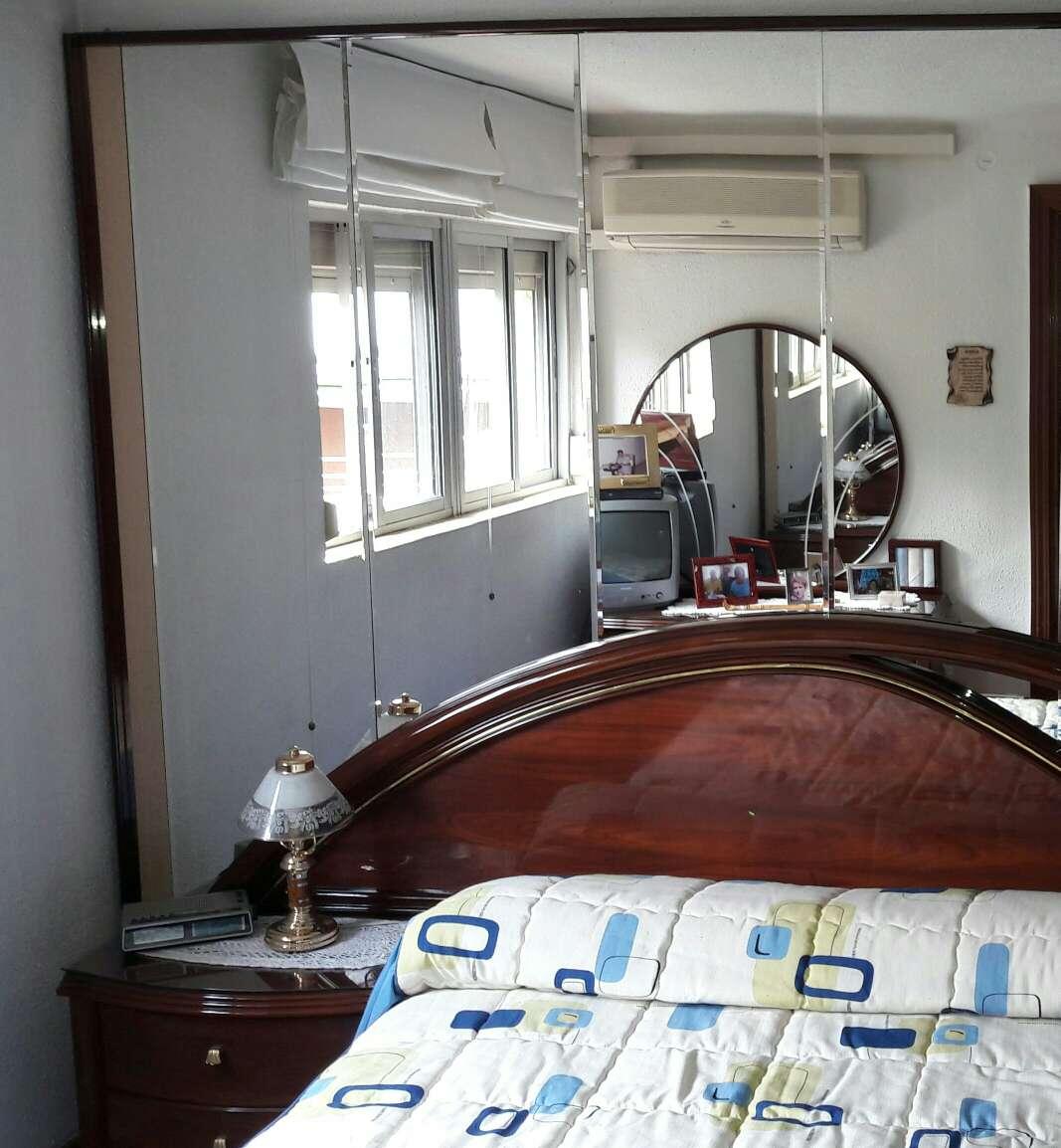 Imagen cabecero con  cama de 135 mas somier de 135 mas mesillas y mural de espejos en pared