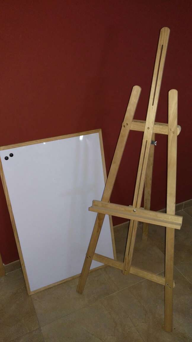 Imagen pizarra con tripode de madera