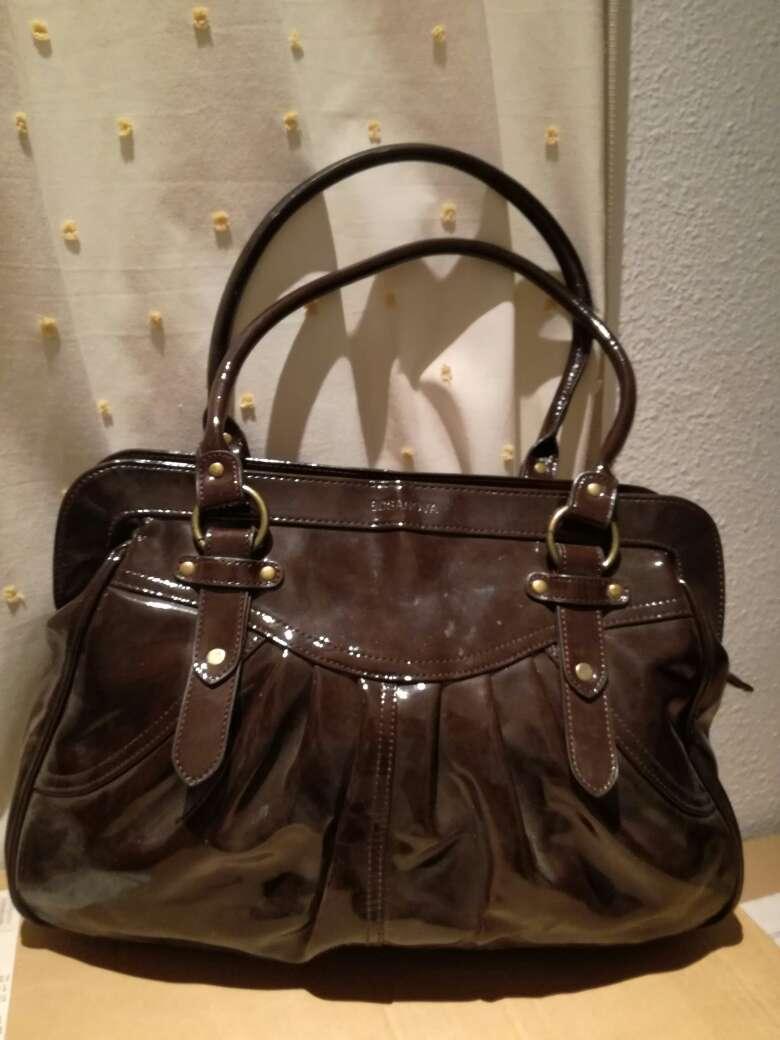 Imagen Bolso tipo charol en tono marrón chocolate.