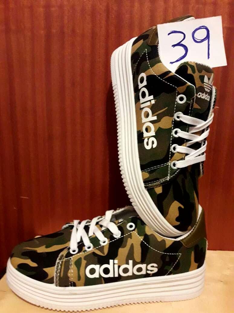 Imagen Zapatillas de mujer en stock
