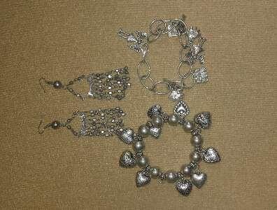 Imagen Dos pulseras y pendientes.