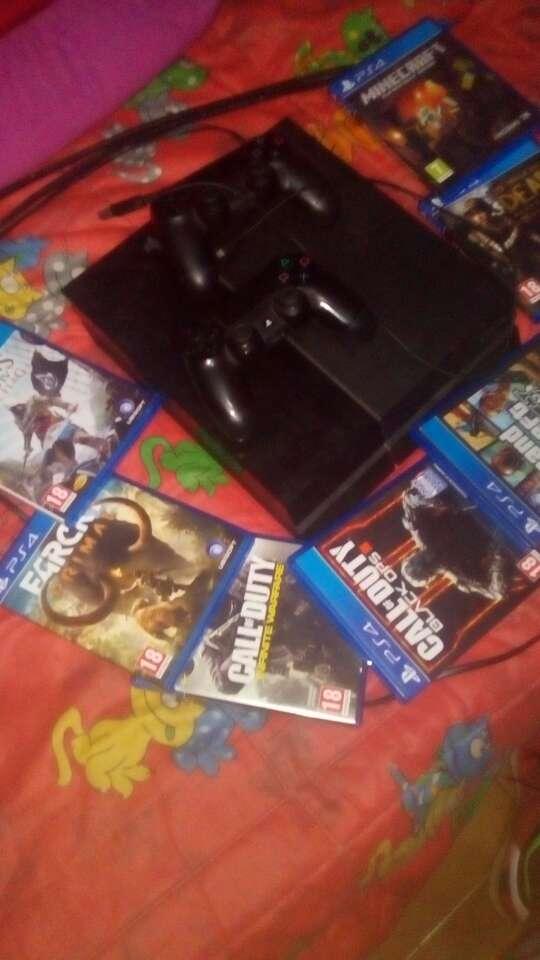 Imagen PS4 con 12 juegos dos mandos cable universal i HDMI 540€