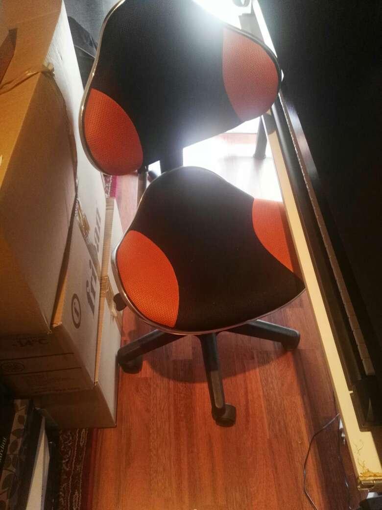 Imagen silla de ordenador y mesa para despacho, urgente vender