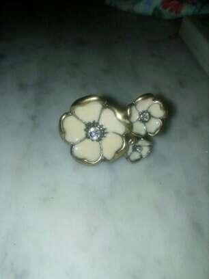 Imagen anillo,flores de color nacar y circonitas