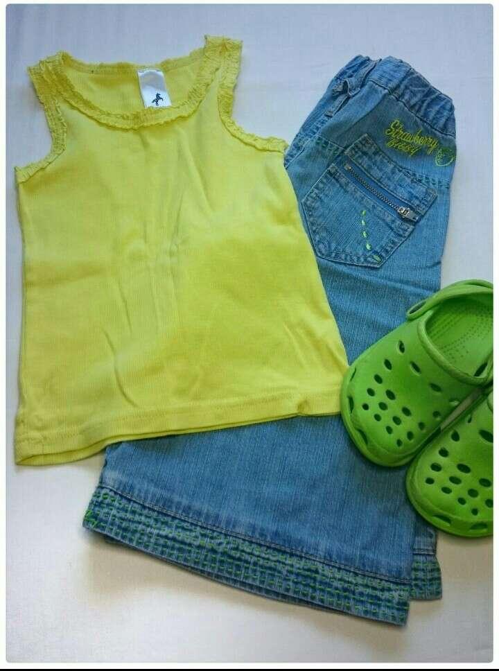 Imagen Camiseta verde Vaqueros y Zuecos verdes