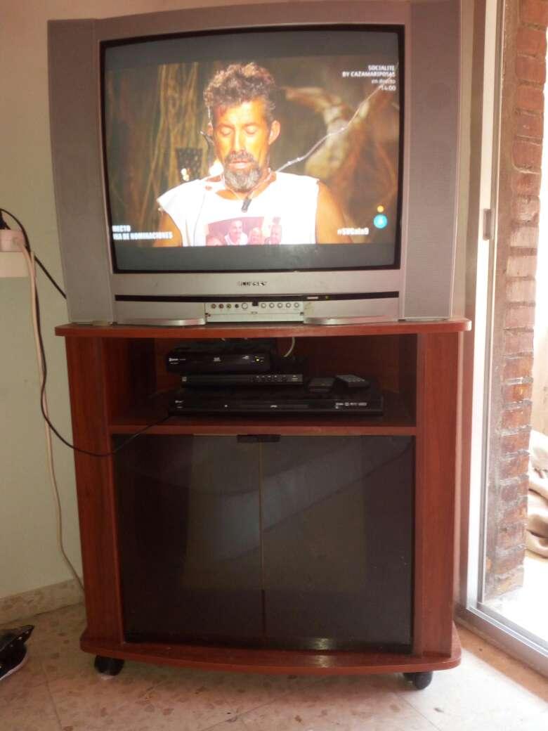 Imagen mesa aux. con televisión