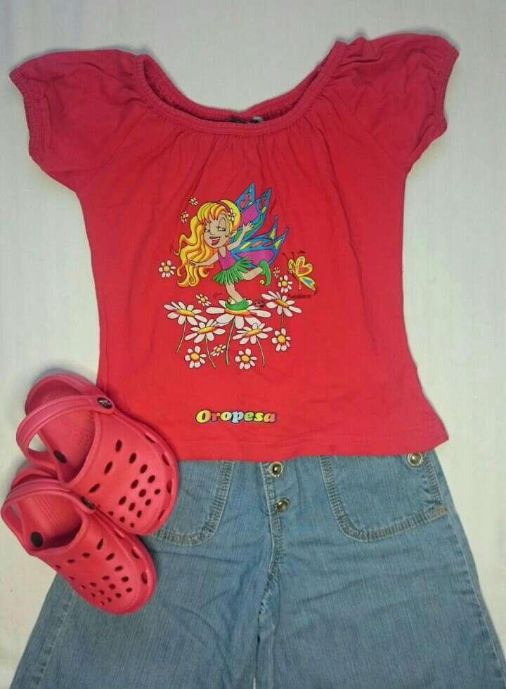 Imagen Camiseta roja Zuecos y Vaqueros