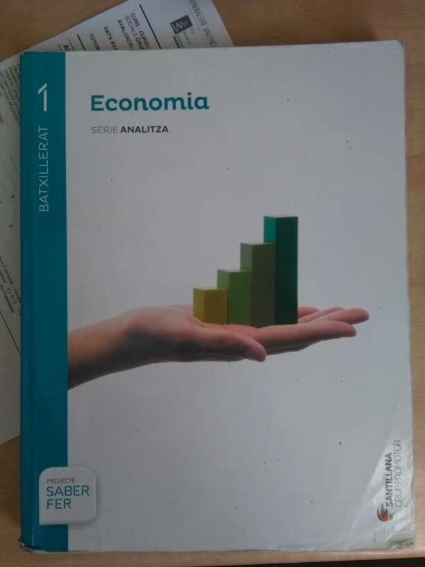Imagen vendo libro de economía de 1r de bachiller