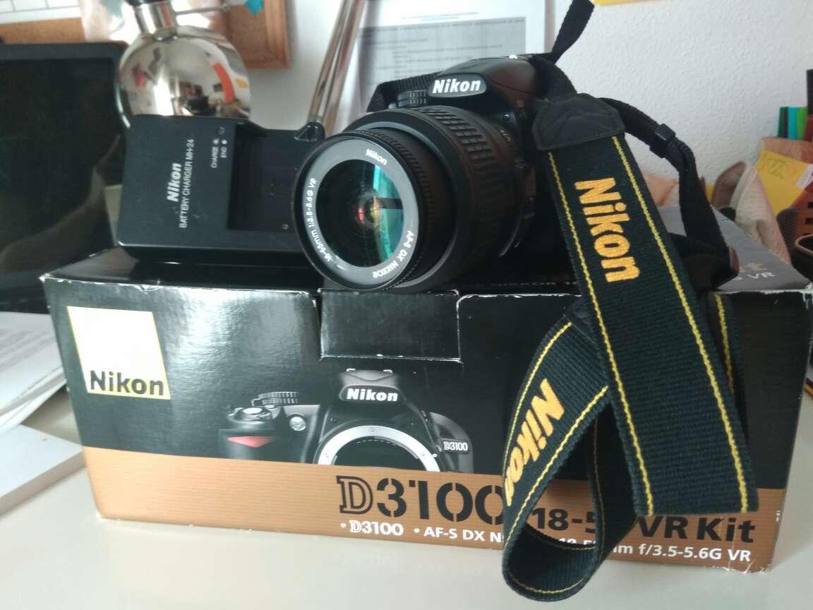 Imagen Nikon D3100 con accesorios