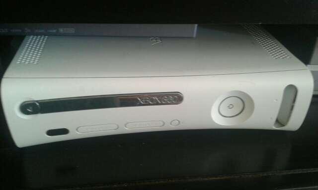 Imagen producto Xbox 360 + 2 mandos + juehos 1