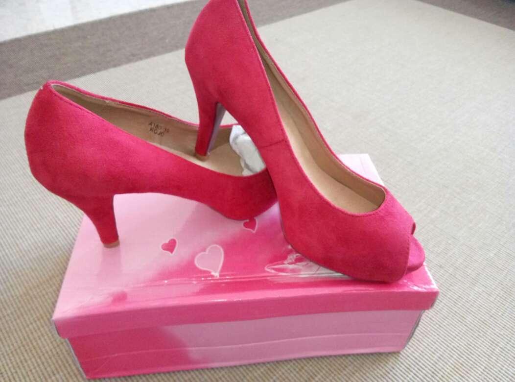 Imagen zapatos nuevos rojo