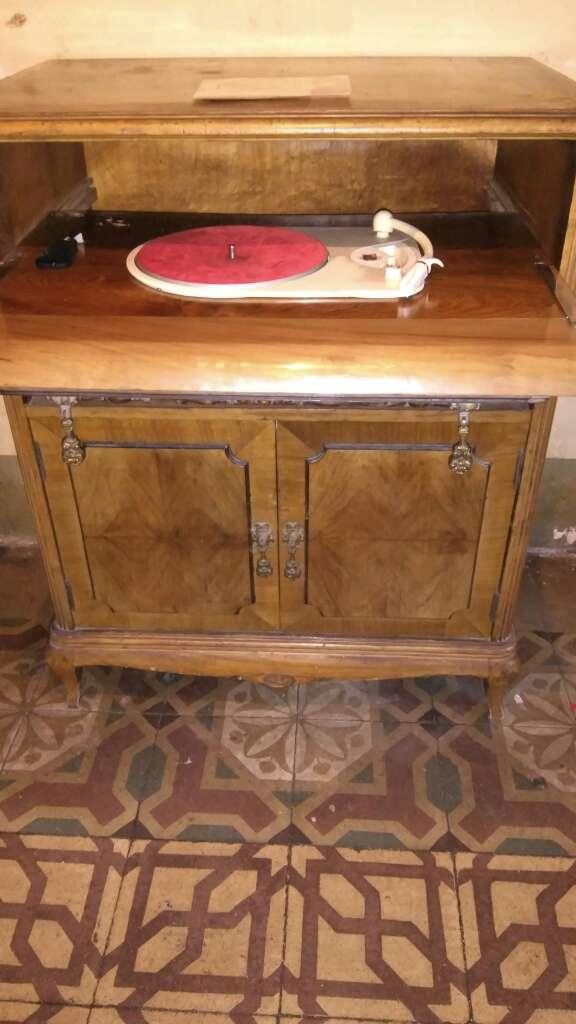 Imagen mueble tocadiscos de los años 50 marca Philips