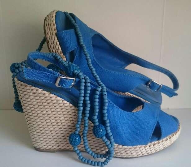 Imagen Cuñas mimbre y Collar Crochet azules