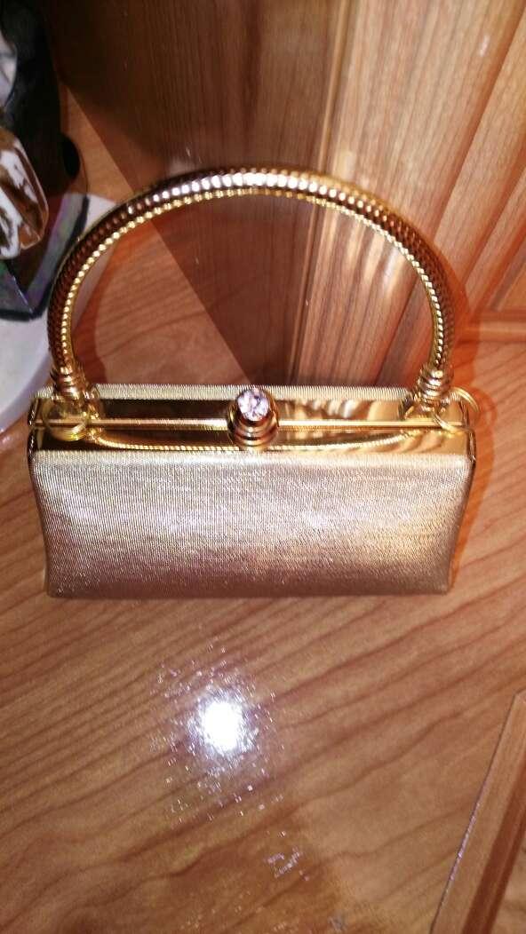 Imagen bolso dorado de fiesta