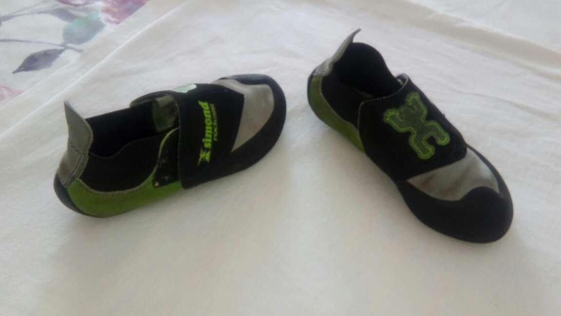 Imagen zapatos escalada de niño