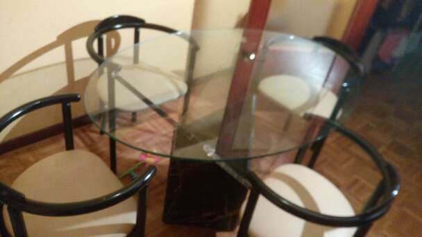 Imagen producto Mesa comedor de cristal con base de marmol negro moteada 4