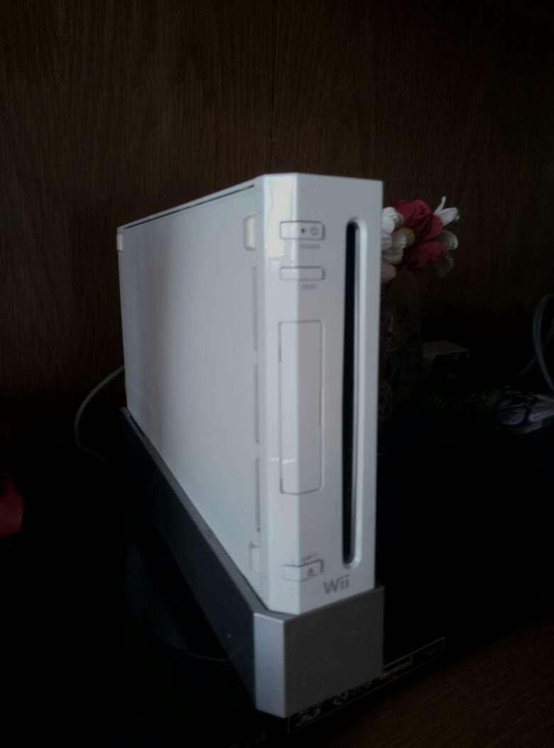 Imagen Wii con un montón de complementos y juegos