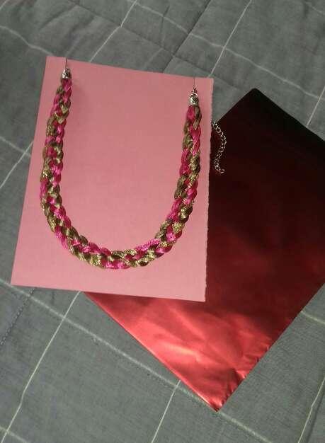 Imagen collar fucsia y dorado