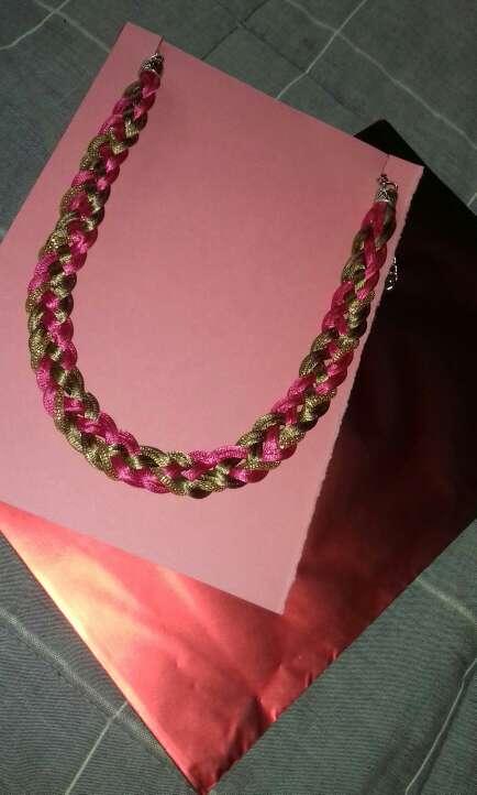 Imagen producto Collar fucsia y dorado 2