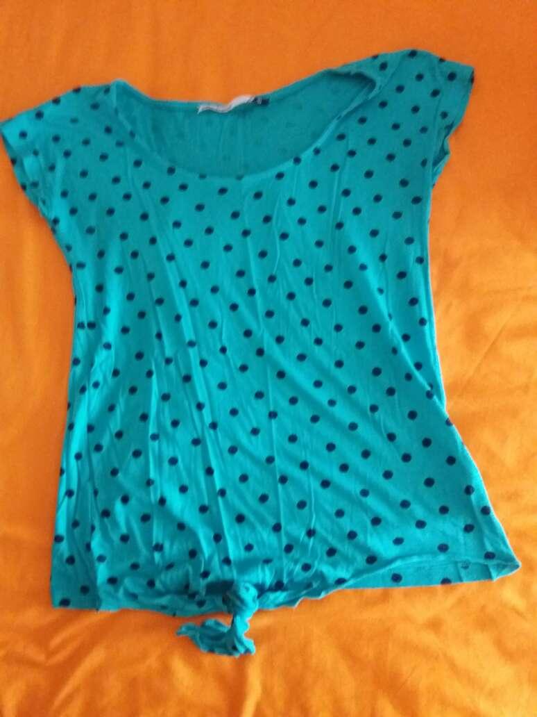 Imagen camiseta azul con topos
