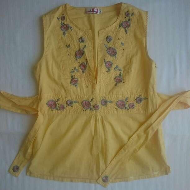 Imagen Como NUEVA Blusa amarilla sin mangas