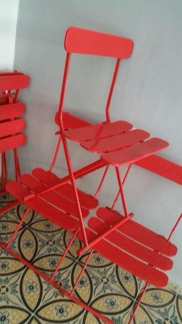 Imagen sillas rojas de metal