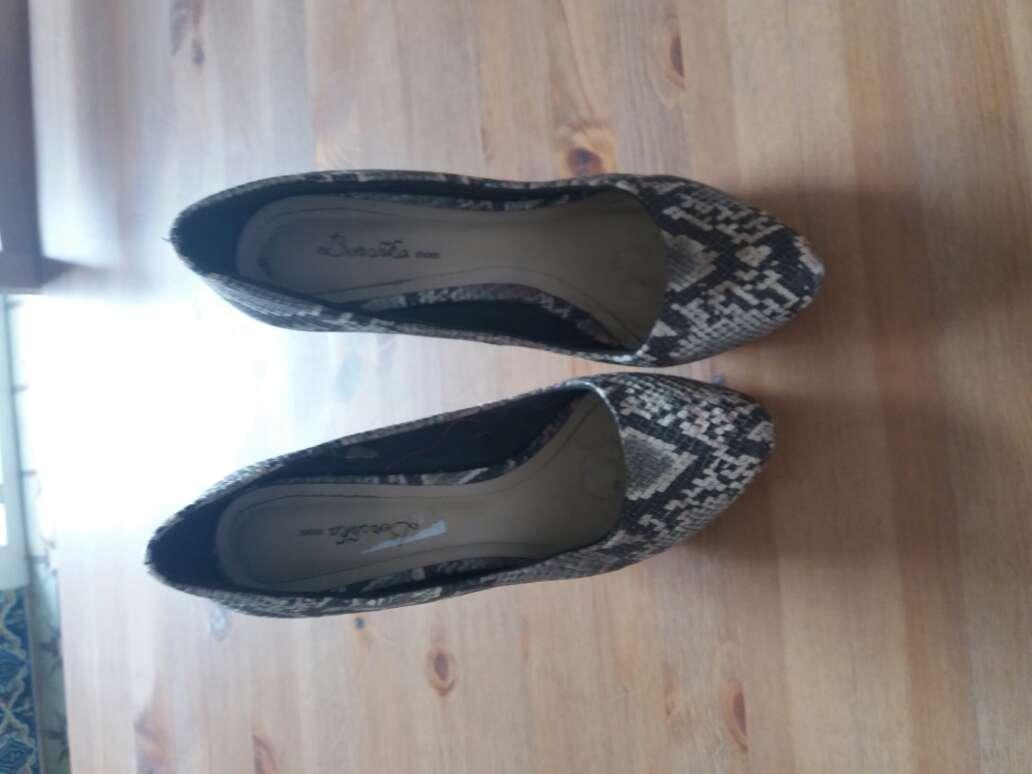 Imagen zapatos de tacón Stradivarius estampado serpiente talla 40