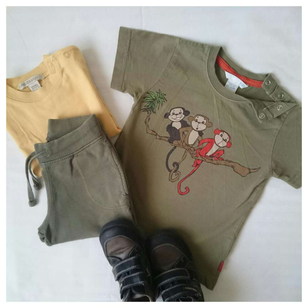 Imagen Camiseta monos y Pantalón caqui