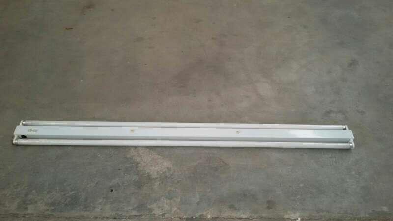 Imagen lampara con tubos fluorescentes