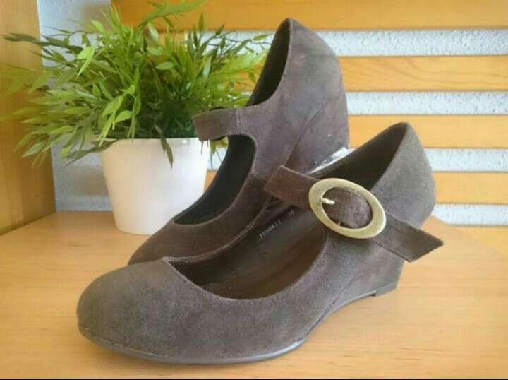 Imagen Zapatos cuña serraje chocolate