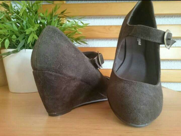 Imagen producto Zapatos cuña serraje chocolate  2