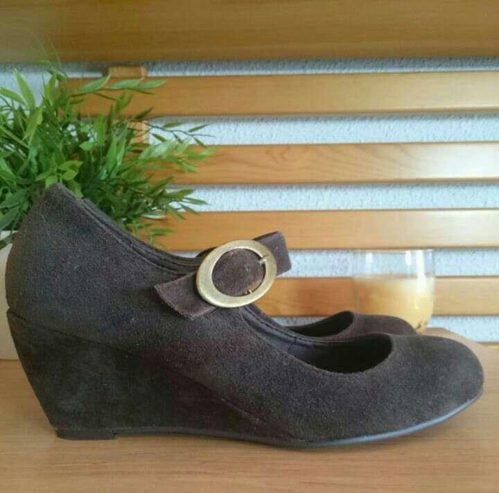 Imagen producto Zapatos cuña serraje chocolate  4