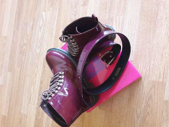 Imagen botas de mujer y cinturon nuevos