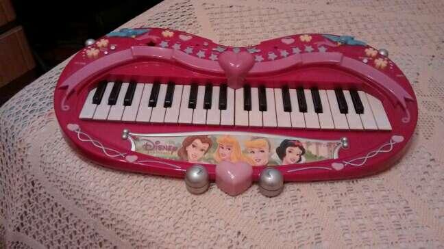 Imagen piano musical de niña