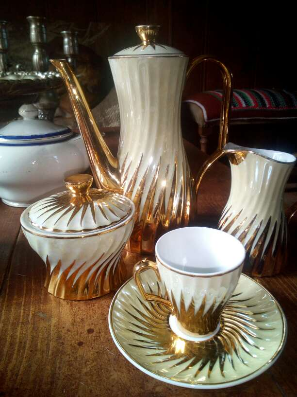 Imagen juego de cafe antiguo nacarado y oro