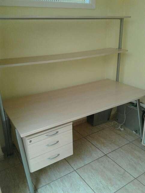 Imagen producto Mesa de oficina con estanterias 2