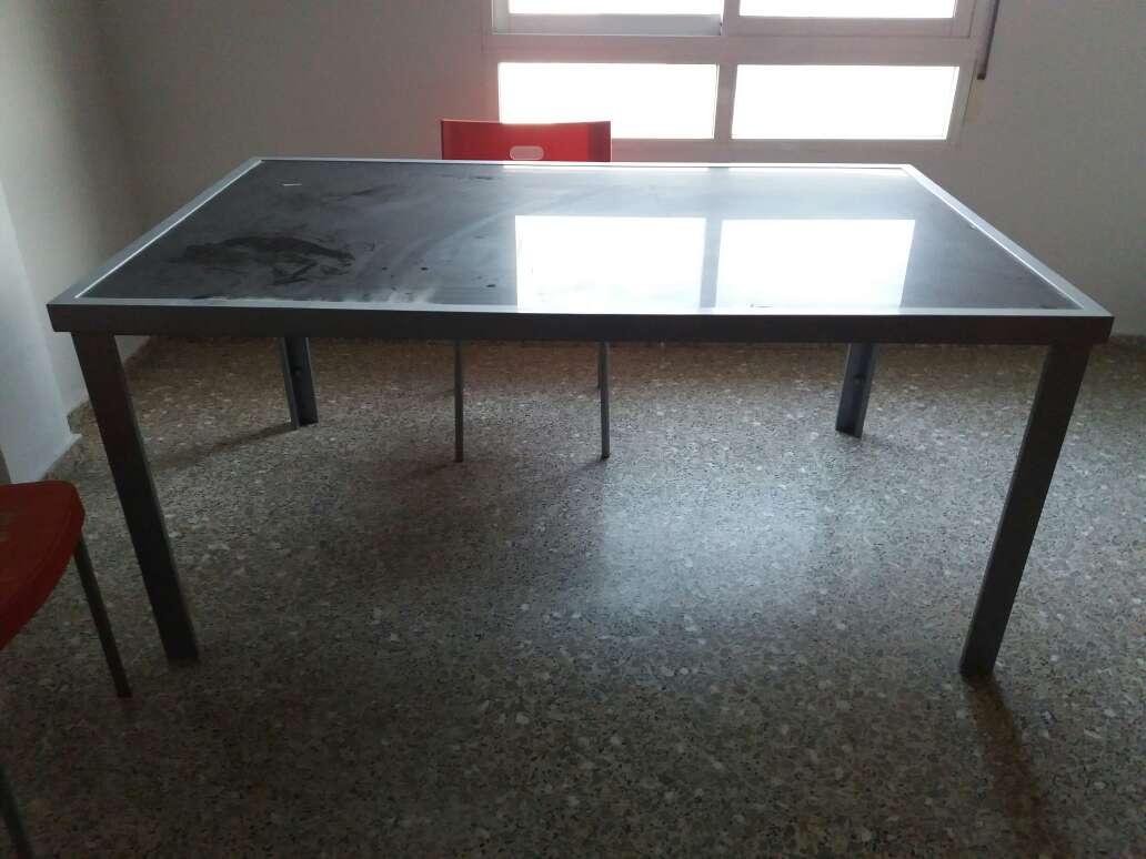 Imagen mesa metalica esmaltada gris y tapa de cristal negro. muy ligera... oficina,  salon...