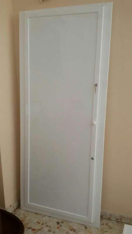 Imagen frente armario de 1 hoja y 2 cerraduras.