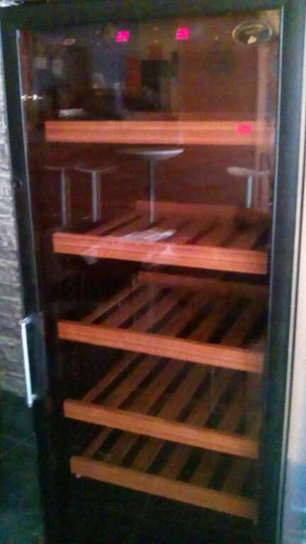 Imagen producto Vinoteca con baldas de madera 3