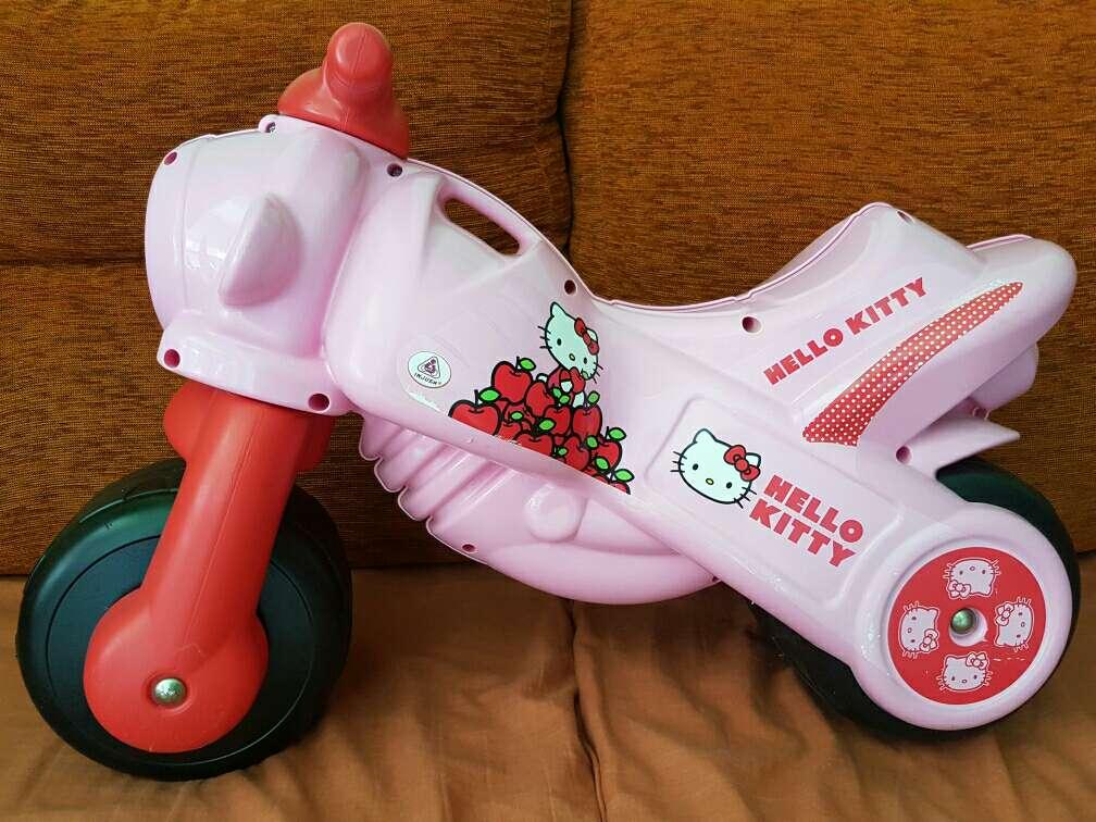 Imagen Moto corre pasillos Hello Kitty
