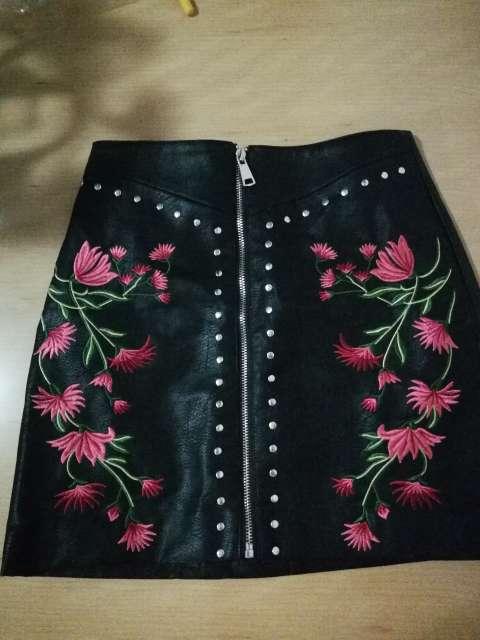 Imagen Falda Zara Cuero Negra Con Flores