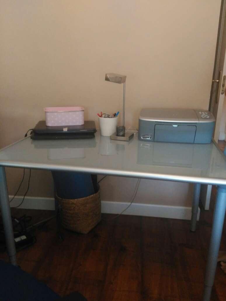 Imagen mesa escritorio vidrio opaco