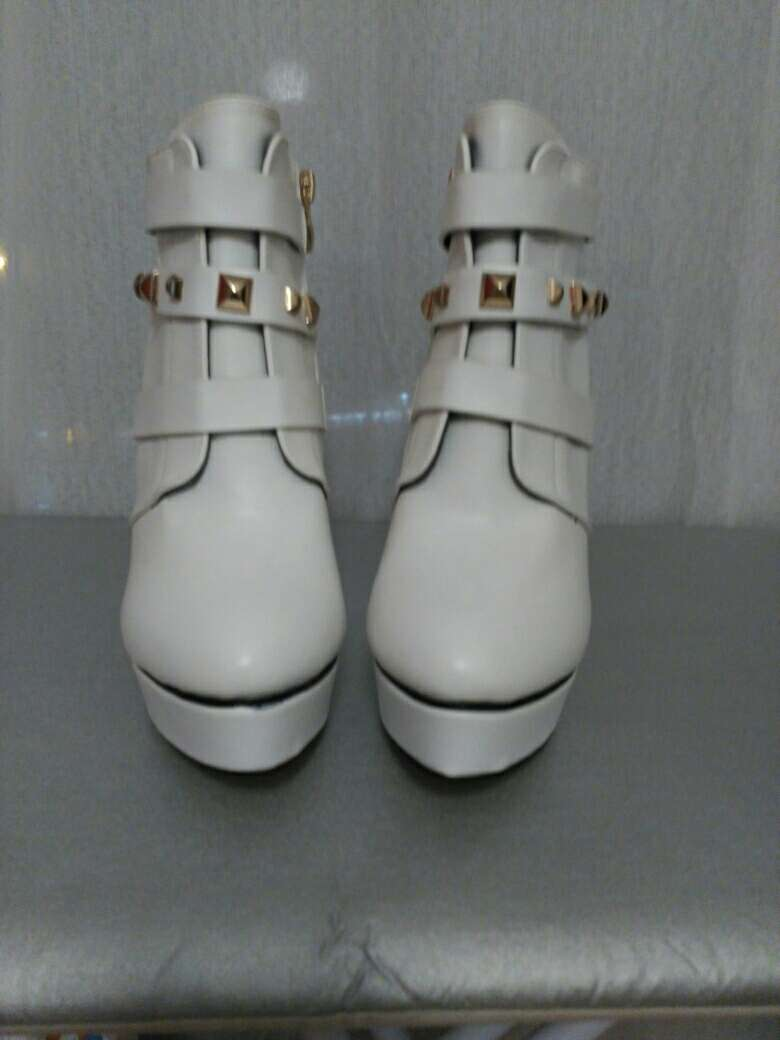 Imagen producto Botines blancos de tacón 2