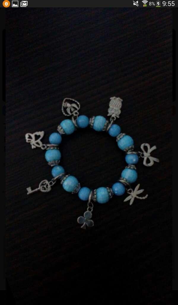 Imagen pulsera azul claro con abalorios