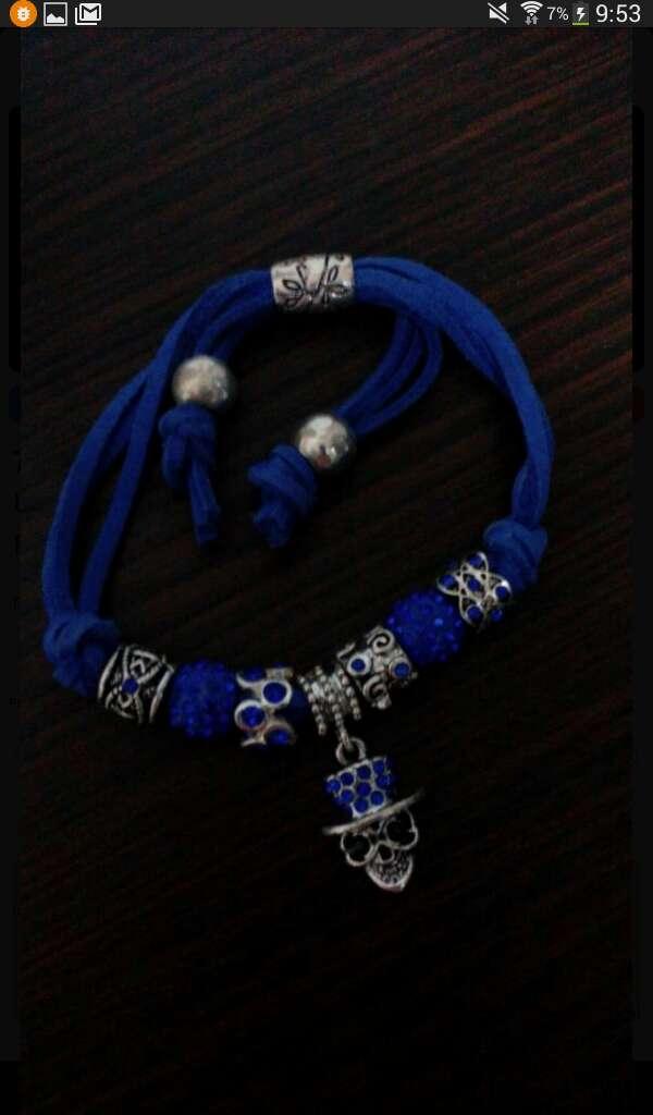 Imagen pulsera azul skul mujer