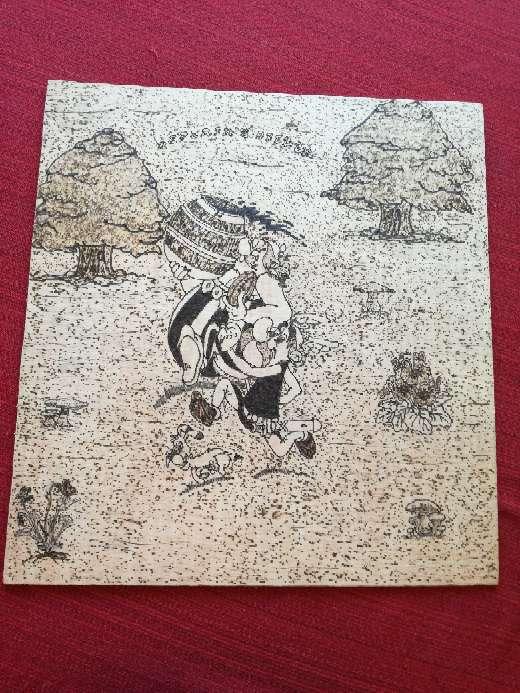 Imagen pirograbado hecho a mano de Astérix y Obelix