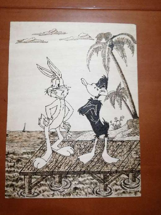 Imagen pirograbado hecho a mano, de Bugs Bunny y Pato Lucas
