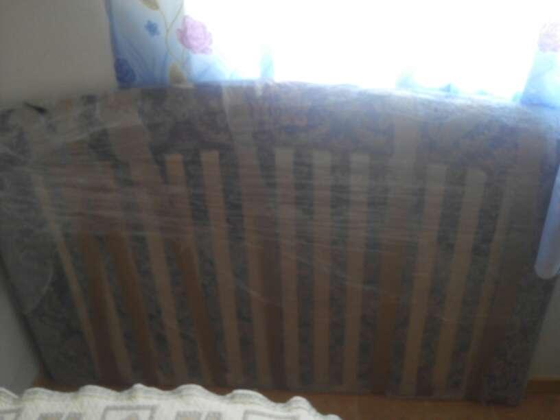 Imagen dormitorio de matrimonio, cabecero tapizado, edredón, cortinas con pisillo, cojines, felpudo  de pies todo a juego con el cabecero de cama 135, (el precio puede ser negociado)
