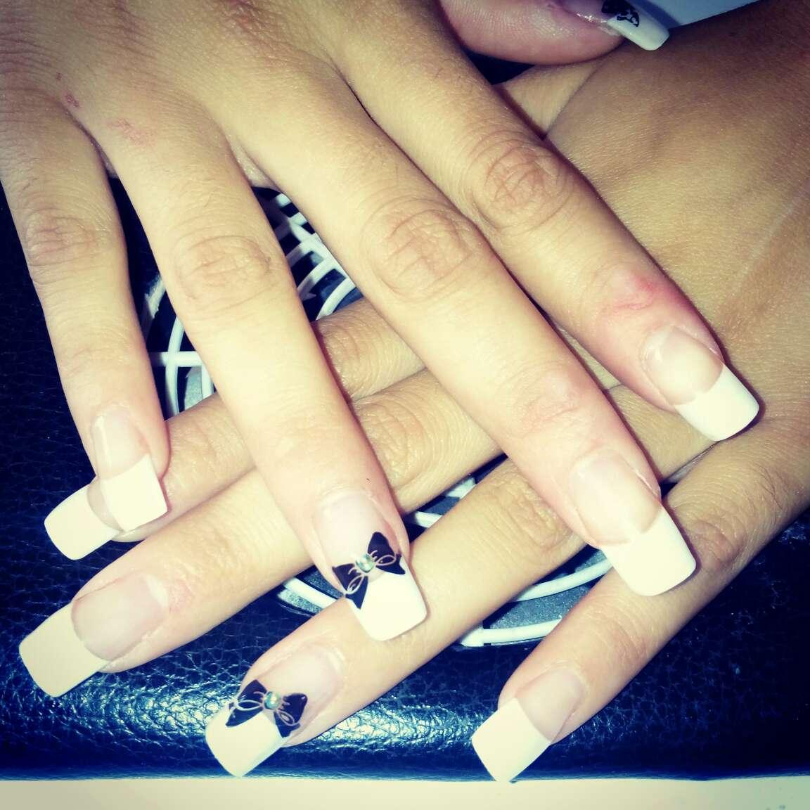 Imagen uñas acrílicas francesa con tips y 2 dibujos