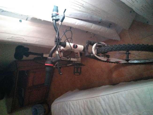 Imagen bicicleta de color blanca